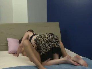 I vjetër bushtër plays me të saj i ri i ri e dashura