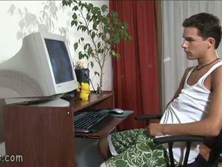 B-y gledanje gej video in stroking off