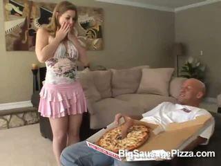 Ljubko rjavolaska doing fafanje in titsjob za pica guy s pica na