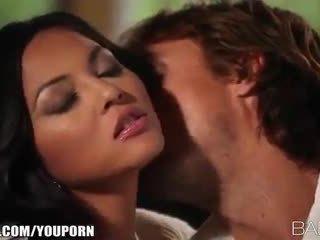 Голям бюст beauty adrianna luna seduces тя мъж за страстен секс