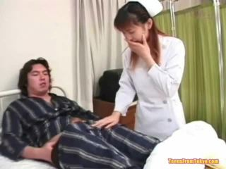 Oriental enfermera jugando apagado