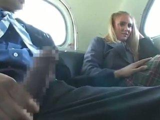 Dandy 171 berambut perang murid wanita berpakaian dan lelaki bogel/ cfnm menyeronokkan pada bas 1