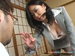 巨乳 亞洲人 媽媽我喜歡操 gets 她的 大 奶 和 的陰戶 licked
