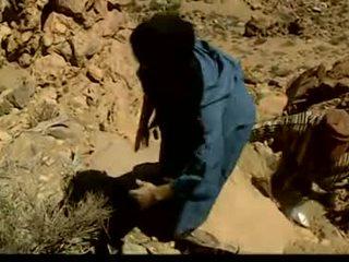 Orientální fena gangbanged v the desert