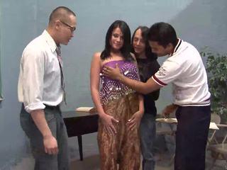 Tre me fat guys licking një bukuroshe indiane bashkëshorte