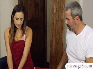Sexy klient ashley adams fitte banged av kåt masseur