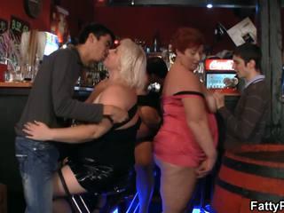 良好 bust 矮胖 有 funtime 在 該 酒吧