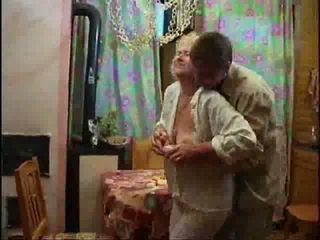 Zralý blondýnka nahý a forcing kohout dolů ji throat video