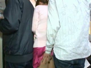 Сладурана корейски teenager having тя кафяв око и coochie touched в crowded автобус