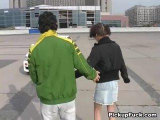 Млад момиче на roller skates sucks хуй на балкон