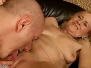 Sensuous grandmother dicklicking en making liefde youthful snake