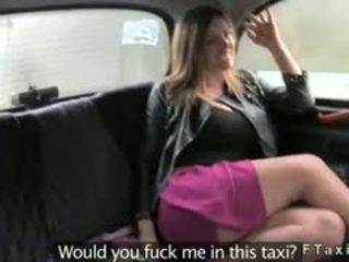 I madh cica bjonde marrjenëgojë dhe qij në fake taxi