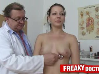 Quente tarya rei e velho gynecologist