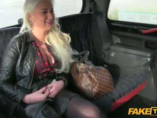 Amateur rubia screwed en la asiento trasero