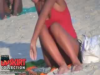 Guy spied a csinos jól shaped test a hosszú legged hülye picsa -ban a forró micro bikini