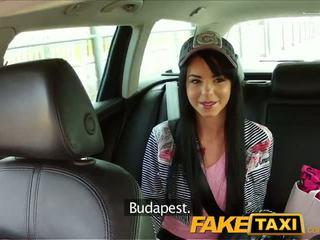 Faketaxi taxi driver convinces nero haired hottie a succhiare suo pene