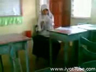 Video - malibog na classmate pinakita ang pepe sa klass