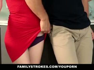 Familystrokes - stap sister sucks en fucks broer gedurende thanksgiving dinner