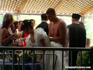 Elegant bitches λαμβάνουν dicks στο ένα γάμος