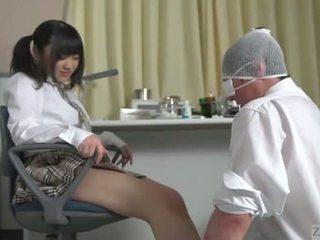 Subtitled יפני תלמידת בית ספר facesitting salvation
