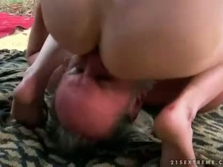 Two grandpas en jong brunette urineren en fuckin