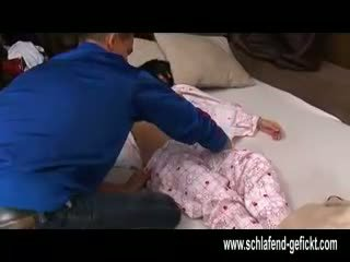 Pärast avatud poolt öö magamine tüdruk koos suur tissid perses raske