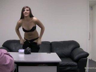 Kaylie na soba zadaj kasting kavč.