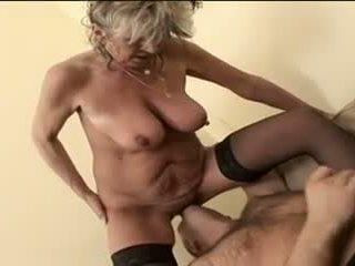 Caldi nonnina alena sits su faccia e takes un grande uno