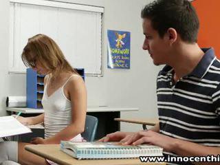 Innocent dospívající takes kohout v the classrom