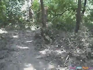 Tania has a šuniuko poza quickie į the miškas