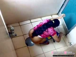 Indisch damen filmed auf spion kamera im ein öffentlich toilette