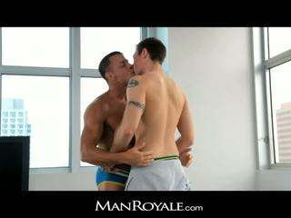 Manroyale guy massages một bodybuilder's con gà trống