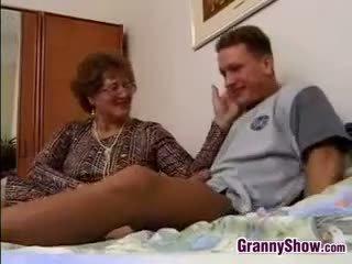 할머니 gets 엿 로 grandson 에 법