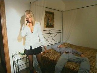 Blondinka step-mom in uzyn kolgotka seducing son