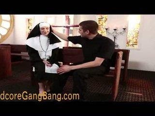 Blondýna mníška pounded v orgia akcie