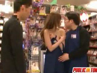 Yuu asakura is geneukt bij winkel in publiek