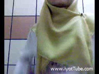 Muslim נוער אצבוע כוס ב מקלחת חדר