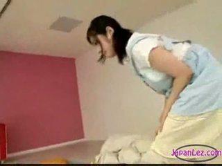 Aziāti meitene masturbācija kamēr licking aptaustīšana guļošas jums