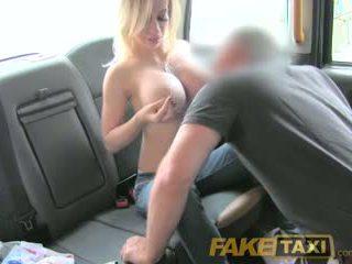 Faketaxi zierlich dame mit groß titten gets nach unten und dreckig