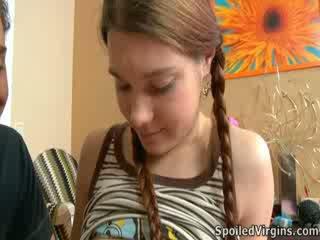 Nina liked how the gyzlaň söýgülisi playeed with her sosok.