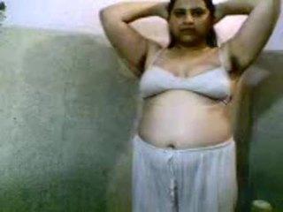 Desi gadis membuka pakaian dan mandi bogel