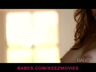 Emily addison - barmfager brunette babe rubs henne self til an intense solo orgasme