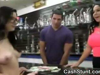 Брюнетка аматьори смучене чеп по време на пари talks stunt