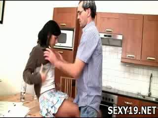 Палав момиче gets прецака sideways