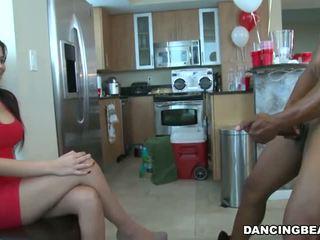 異人種間の ダンス クマ 家 パーティー フェラチオ