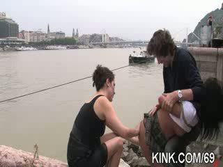 Panas cantik gadis cums dan cries dalam bertiga bdsm seks