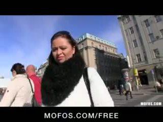 Verlegen & sexy tsjechisch brunette is paid voor sommige heet publiek seks