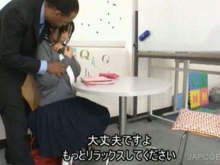 יפני תלמידת בית ספר gave עבודה ביד