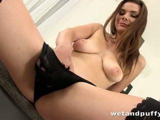 Seksualu mergaitė plays su a puikus putė pompa