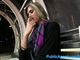 Publicagent حار طويل فتاة spreads لها الساقين إلى نقد في جمهور